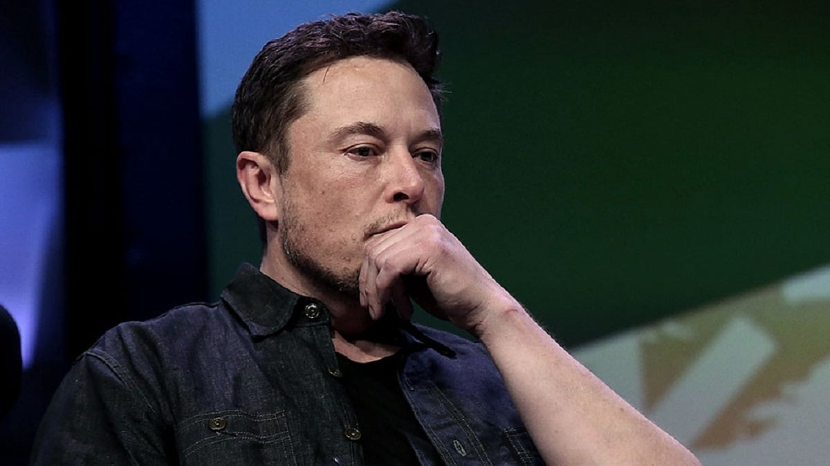 Elon Musk criticizes Apple